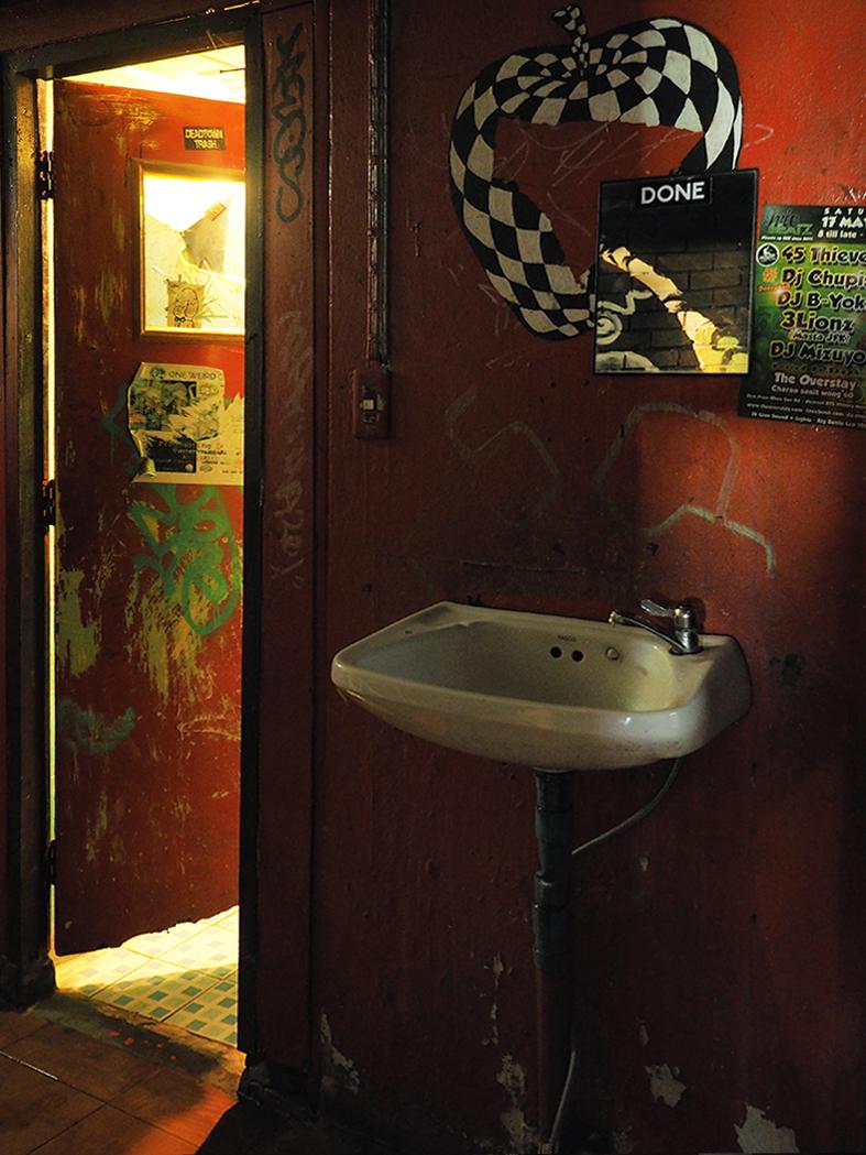 hotel, overstay, squatt, crack, weed, herbe, bangkok, khao san, chambre, graffiti, chat