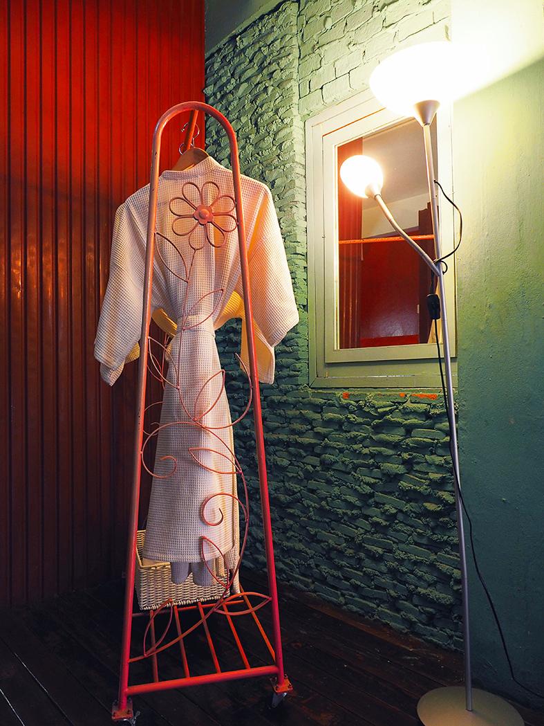 C'est un fantasme d'antiquaire. Ou bien c'est comme se retrouver dans un film de Stanley Kubrick. Mystic Place, le Boutique Hotel le plus cool de Bangkok, pourrait très bien être un musée un peu fou tout droit sorti des fantasmes seventies d'un hipster collectionneur compulsif.